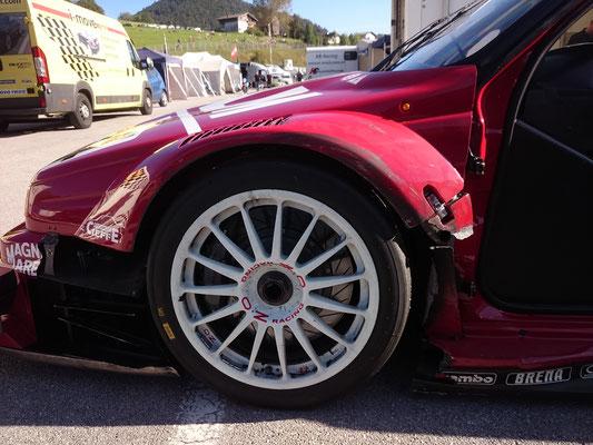 Ungeachtet der erheblichen Schäden aufgrund eines Reifenplatzers siegreich ins Ziel