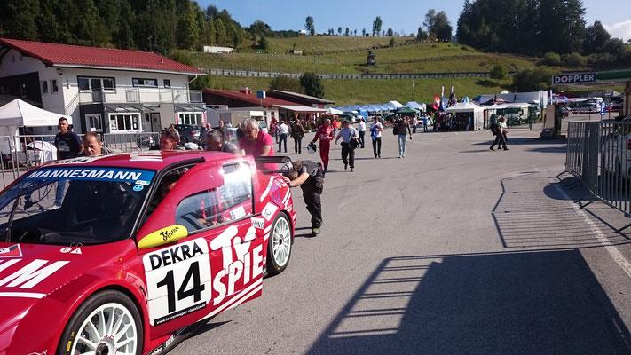 Der Alfa Romeo 155 Ti V6 ITC wird vorsichtig zum Start geschoben
