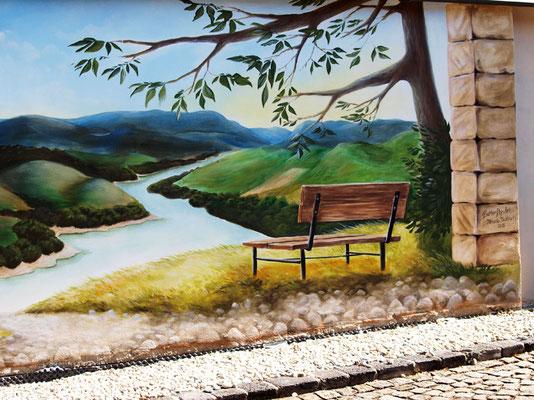 Illusionsmalerei im Garten, Bank mit schöner Aussicht auf Fluss