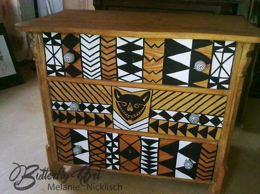 alte Kommode im afrikanischen Stil