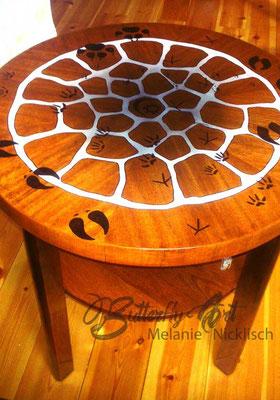 alter Tisch kunstvoll Bemalt