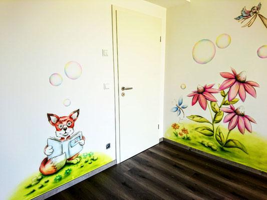 pastellfarbene und verträumte Wandmalerei im Kinderzimmer, Fuchs auf Blumenwiese