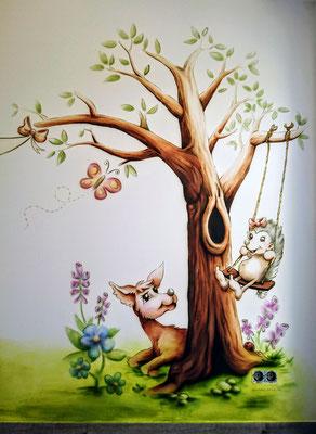 pastellfarbene und verträumte Wandmalerei im Kinderzimmer, Szene mit lustigen Waldtieren