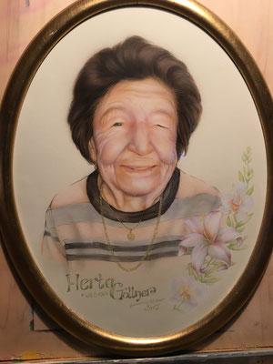 Portrait der Uroma in Airbrushtechnik und Buntstift gemalt mit schickem Rahmen