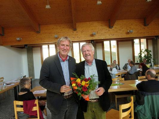 Ueli Studer gratuliert Claude Barbey, dem neu gewählten Präsident von Visarte Solothurn