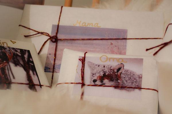 Geschenke fertig eingepackt und mit Namen beschriftet