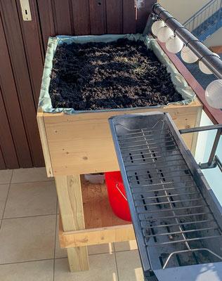 Fertiges Hochbeet auf dem Balkon