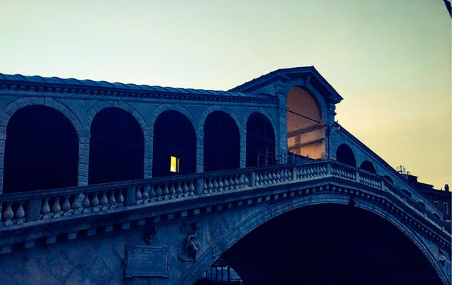 Rialtobrücke bei Sonnenaufgang in Venedig