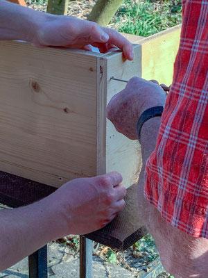 Zusammenschrauben der Bretter für das Hochbeet