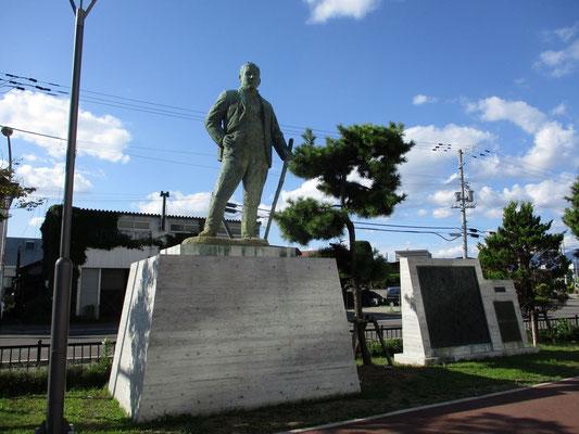 平塚常次郎銅像
