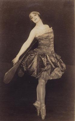 〈トンボ〉を踊るエリアナ