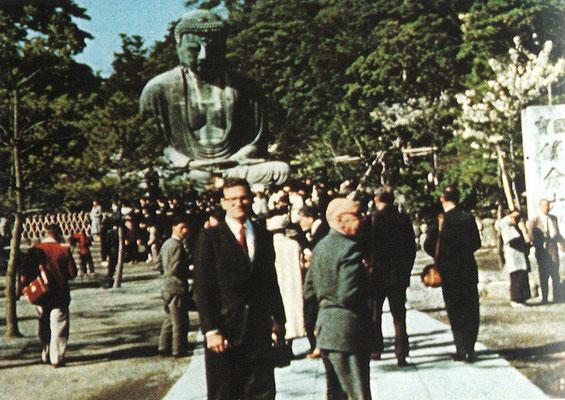 鎌倉大仏前に立つストラヴィンスキー