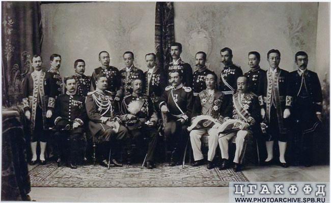 ニコライ二世の戴冠式への奉祝代表団(後列左から5人目が万里小路正秀)