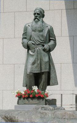 昭和女子大学講堂前のトルストイ像(世田谷区)