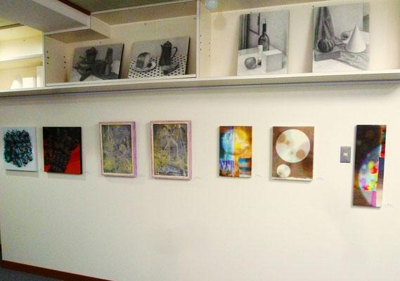 宮坂省吾さんの作品(右3点)、小峰力さんの作品(中央2点)、片平仁さんの作品(左2点)、上段にあるのはデッサンの参考作品。