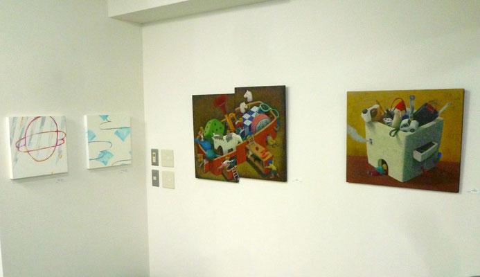吉井寿美子さんの作品(右2点)、秋山早紀さんの作品(左2点)