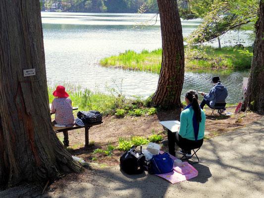 松原湖畔でのスケッチ風景