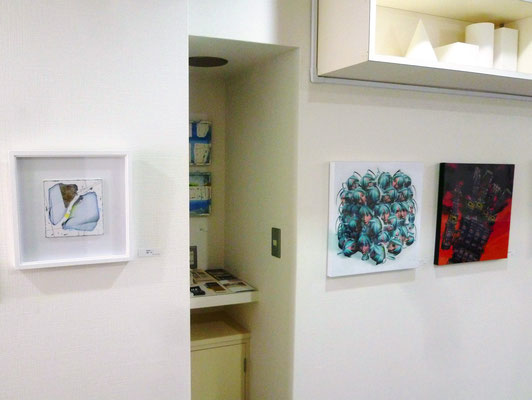 片平仁さんの作品(右)と清野浩二/教室代表の作品(左)