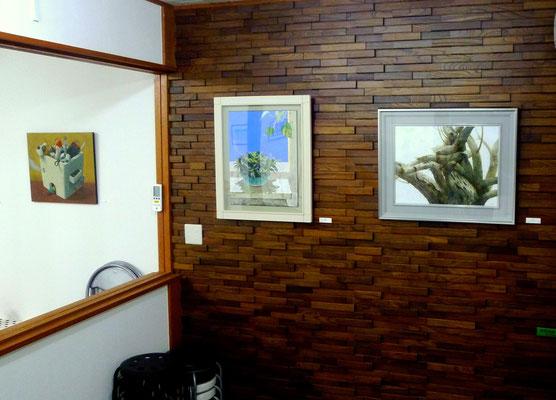 平田慎一さんの作品(右)、北村さゆりさんの作品(中央)、吉井寿美子さんの作品(左)