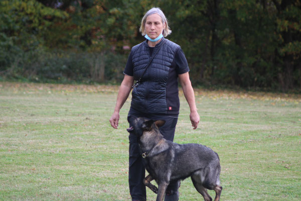 Brigitte mit Asuka Champ de Cerise beim Prüfungsteil Unterordnung und Gewandheit (RH F 2B)