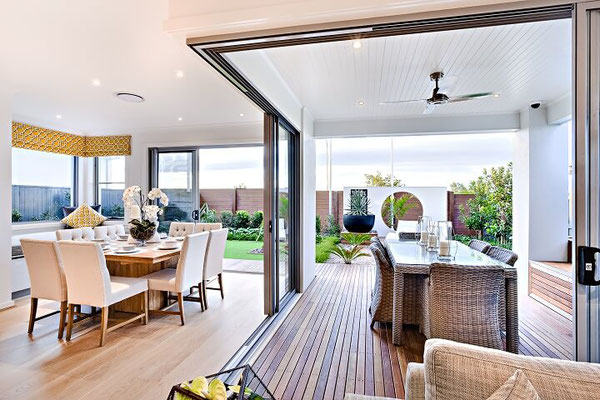 In die Wohnküche integrierter Außenbereich aus Hartholzdielen