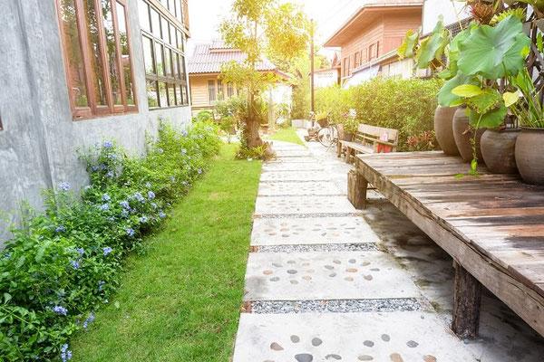 Die mit Ziersteinen ausgeschmückten Betonplatten setzen hier schöne Akzente