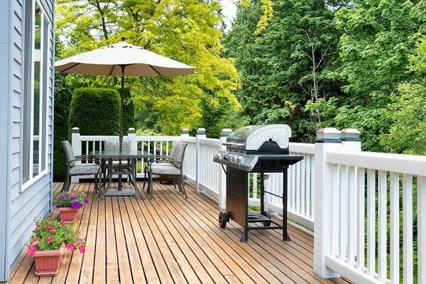 Außenbereich mit Holzterrasse im Landhausstil