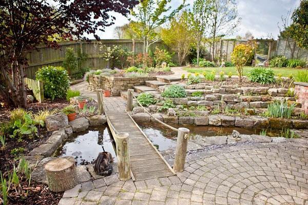 Dieser exklusive Gartenteich mit Hängebrücke lässt keine Wünsche offen