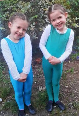 Mathilda und Hannah 2016 ... Erster Tag beim Voltigieren