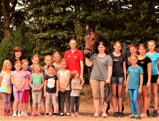 Sandrine beim Schnuppern (in grün) mit Punzi, Nina, Nora und Luise und vielen anderen Voltis