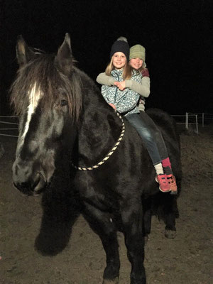 Isabell und Mareike mit Happy (Onyx)