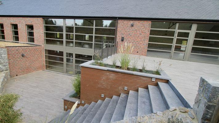 Une suite de salles sur deux niveaux, c'est la ferme Saint-Jean