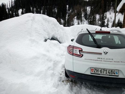 Ein Teil der Autos ist kaum sichtbar unter den gewaltigen Schneemassen