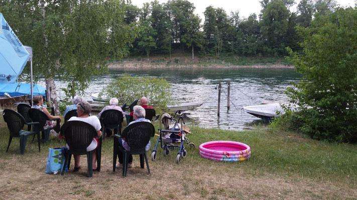 In bequemen Gartenstühlen konnte der lauschige Aufenthalt direkt am Rhein genossen werden.