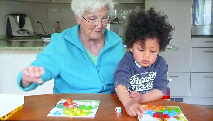 Als Grossmutter hat sie Freude an der Betreuung ihres Enkels.