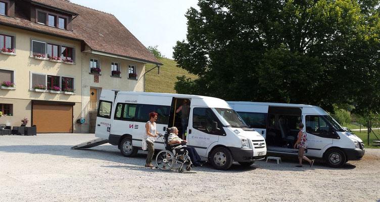Per Rollstuhl-Taxi treffen die ersten Gäste ein.