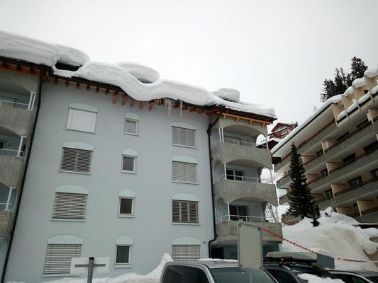 Der Schnee verdeckt die Dachgauben.