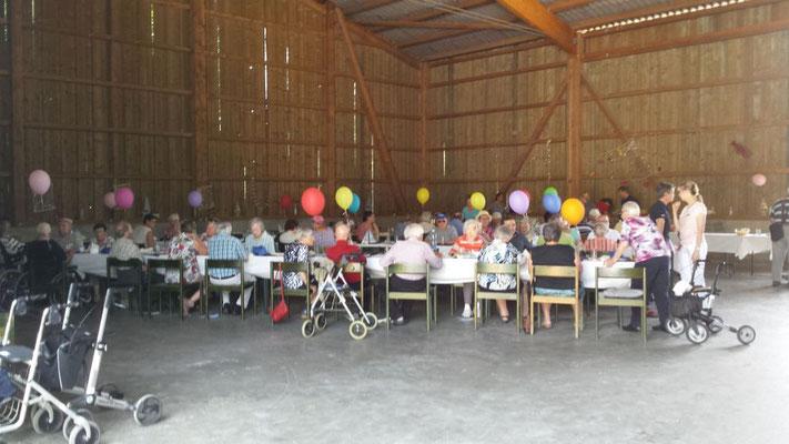 Sogar die gewohnten Stühle wurden für das Fest herbeigeschafft.