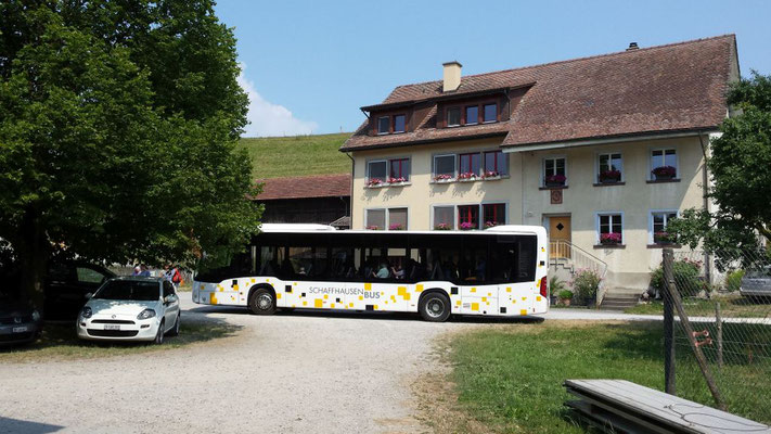 Noch selbständige Bewohner reisten mit dem Bus an.