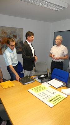 Überreichung der gesammelten Unterschriften an Herrn Bürgermeister Kaufmann (mitte) von Ludwig Häberle (rechts), links Herr Binder Hauptamtsleiter