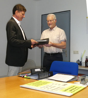 Überreichung der gesammelten Unterschriften an Bürgermeister Kaufmann (links) von Ludwig Häberle