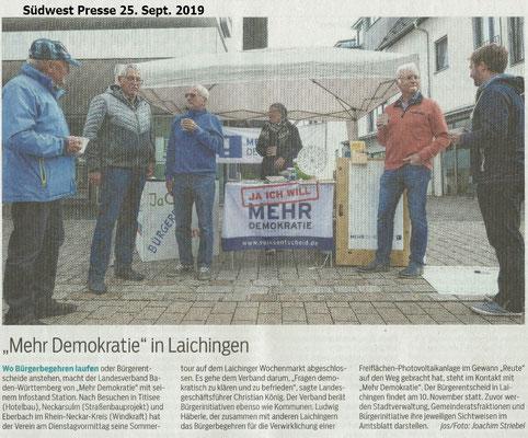 Mehr Demokratie mit einem Stand auf dem Laichinger Wochenmarkt.