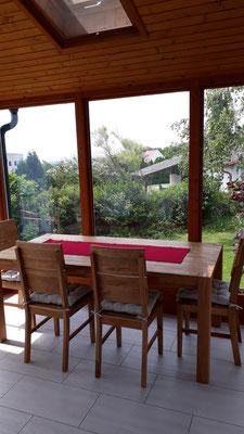 Wintergarten mit Esstisch