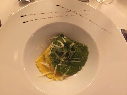 Hausgemachte Gemüseravioli mit Salbeibutter