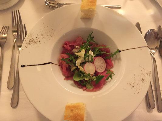 Carpaccio vom Thunfisch mit Avocadondressing und Dill-Zitronenfocaccia