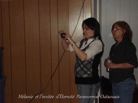 L'enquêteuse du paranormal Mélanie avec un invitée