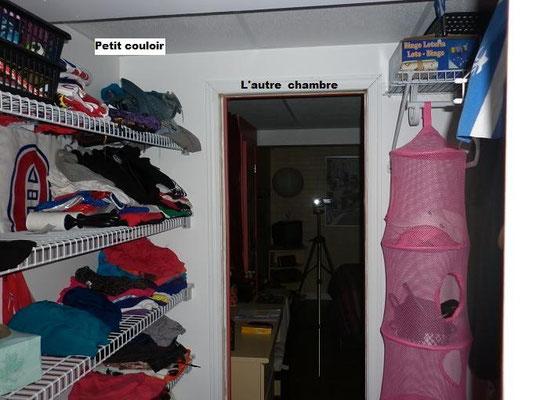 Petit couloir qui relit les deux chambres, dont celle de la jeune fille.
