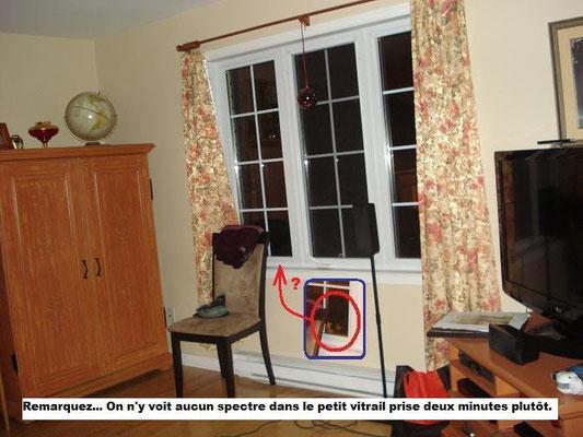 Photo prises deux minutes « avant » la photo précédente. La petite flèche nous indique qu'il n'y a rien d'autre que de la noirceur dans le petit vitrail contrairement à l'illustration encadré en bleu.