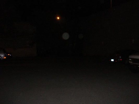 Arrière-cour du pénitencier (la luminosité de l'arrière-plan est un lampadaire)