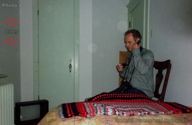 (Photo 1 prise à 21 h 35) Des Orbes tout près de Michel dans la petite chambre